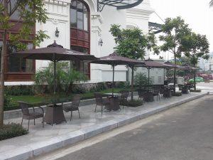 ngoài trời quán cafe giá rẻ nhất Hà Nội 300x225 - Lý do các quán cafe hay dùng ô dù quán cafe để che nắng mưa