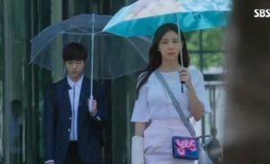 nhung phut lang man voi chiec o du cam tay trong phim han quoc 300x182 - Những phút lãng mạn với chiếc ô dù cầm tay trong phim hàn quốc