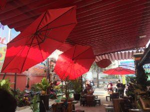 o du trang tri quan cafe vo cung thu hut khach hang2 300x225 - Những mẫu ô dù quán cafe lệch tâm phổ biến trên thị trường